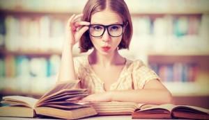 Littérature adolescente: jeune fille dans une librairie