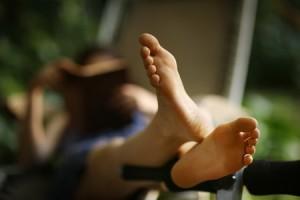 Livre en main et doigts de pieds en éventail